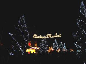 クリスマスの飾りがされた赤レンガ倉庫