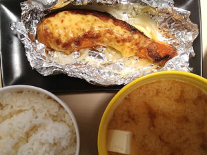 鮭のアルミホイル焼きと豆腐の味噌汁